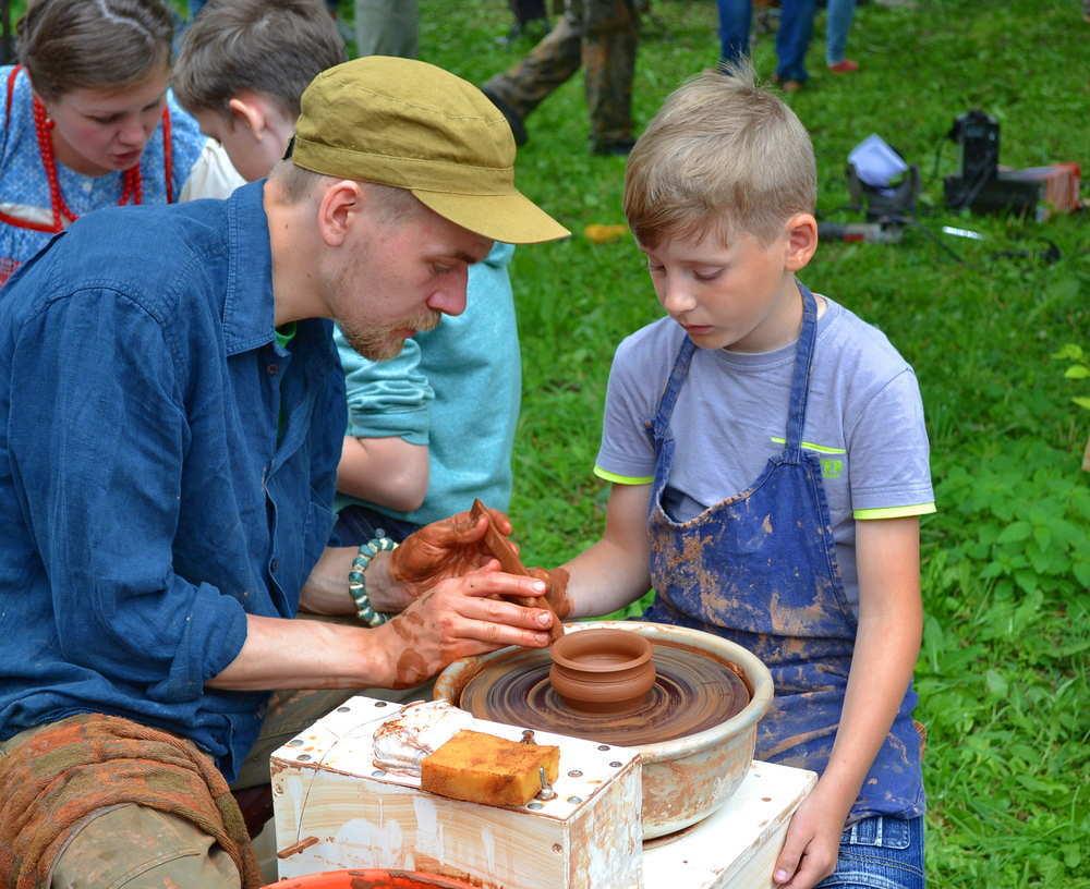 Practicando la destreza manual y ejercitando la imaginación con los niños